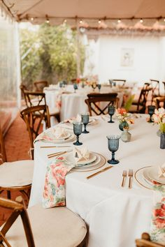 Teal and coral floral wedding reception | Image by Kami Olavarria Wedding Reception Image, Darlington House, Wedding Advice, Wedding Ideas, Floral Wedding, Blue Wedding, Bohemian Wedding Inspiration, Boho Wedding Decorations, Wedding Logos