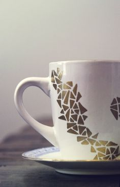 Decorate your own coffee mug with a gold Sharpie paint pen! Click through for instructions.