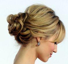Düğün gibi özel gece ve davetlerde en ideal saç modeli ense topuz modelidir. Ense topuz modelini gece için tercih ettiğiniz abiyenizle kombinleyerek basit bir şekilde gecenin şık ismi olabil