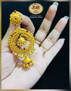 Look traditional with this designer piece of Earring, Rokde Jewellers make every women look stunning. Diamond Earrings Indian, Gold Jhumka Earrings, Jewelry Design Earrings, Gold Earrings Designs, Gold Mangalsutra, Gold Necklace, Fancy Jewellery, Gold Jewellery Design, Stylish Jewelry