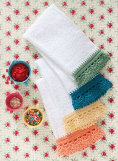 Dolly Dish Towels pattern by Cristina Mershon Ravelry: crochet edge dishtowels. These are actually called 'Dolly Dish Towels' on Ravelry. Crochet Home, Crochet Trim, Love Crochet, Crochet Crafts, Easy Crochet, Knit Crochet, Ravelry Crochet, Crochet Dish Towels, Crochet Towel Topper