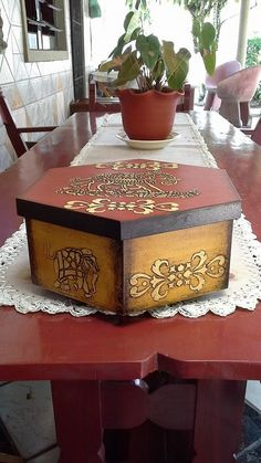 Cajas Painted Wooden Boxes, Hand Painted Furniture, Decoupage Box, Decoupage Vintage, Cardboard Box Crafts, Craft Bags, Wooden Hand, Vintage Box, Painting On Wood