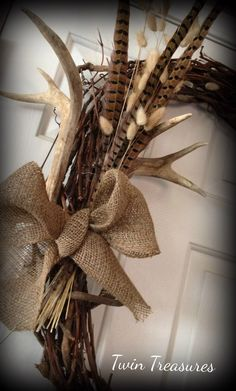 New Pic Fall Wreath with antlers Suggestions The autumn year or so provides by using it cozy solid shades, feathery foliage and a lot of collect Antler Wreath, Feather Wreath, Feather Crafts, Country Wreaths, Fall Wreaths, Christmas Wreaths, Antler Centerpiece, Lodge Style Decorating, Shabby Chic Fall