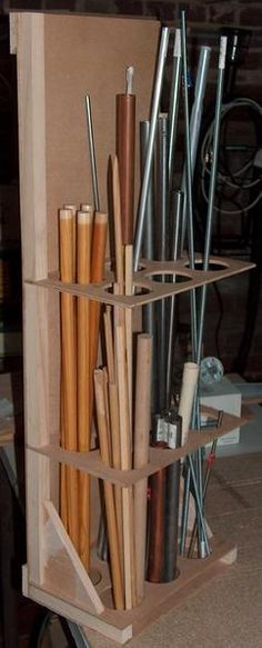 Voici un petit rack qui permettra de ranger facilement tous vos tubes en réserve. Il est réalisé à partir de chutes de contre-plaqué et de tasseaux trouvées dans l'atelier. Sa fixation, comme celles de tous mes autres rangements, repose sur le principe...