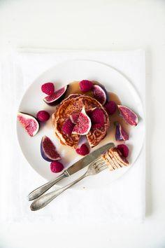 We kennen allemaal de bekende American pancakes, maar wist je dat je ze ook op basis van yoghurt, en zonder suiker en boter kunt maken? Renée Kemps maakte dit recept én de prachtige foto's. Meng alle ingrediënten behalve één eetlepel kokosolie, het fruit en de maple syrup samen tot een glad beslag. Verwarm een koekenpan met een […]