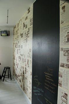 sanomalehdillä tapetoitu liitutauluseinä Wood Paneling, Art Quotes, Chalkboard, Tiles, Divider, Flooring, House Styles, Wall, Room