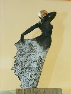 sculpture de femme stylis e et moderne en terre cuite finition noire et cire bronze sculpture. Black Bedroom Furniture Sets. Home Design Ideas