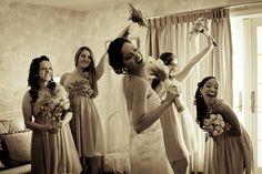 """A foto """"As amigas da noiva"""", de Gotardo Faria foi a vencedora da categoria Fotoclube do 1º Concurso Fotografia de Casamento, em 2012. Bridesmaid Dresses, Wedding Dresses, Hera, Fashion, Special Gifts, Wedding Photography, Godmothers, Engagement, Pictures"""