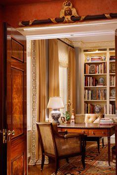 Вопрос 5. В таком стиле был бы мой кабинет... Антикварный стол, вазы. И обязательно! антикварный шкаф в китайском стиле ярких цветов. Ковер.