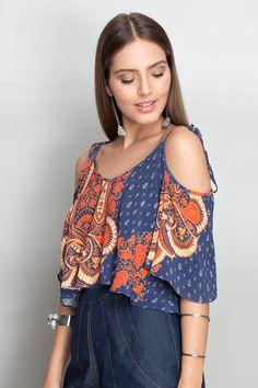 Blusa de tecido semelhante à seda, modelagem soltinha, mangas amplas curtas, ombros vazados e alças finas que terminam em amarração.   composição:  100% viscose