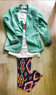 Outfit giacca azzurra in varie taglie disponibile e bellissimi colori, maglia fantasia, leggins multicolor kate london