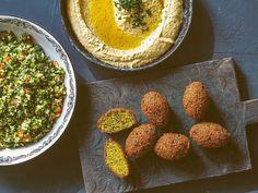 Gulärtsfalafel med tabbouleh och hummus | Recept från Köket.se Tahini, Avocado Toast, Breakfast, Food, Bulgur, Morning Coffee, Meals, Morning Breakfast