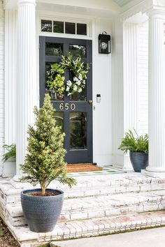 A house exterior makeover update with landscaping changes, new porch lights, and decor for summer to make an inviting, bright entrance. Exterior Colonial, Modern Farmhouse Exterior, Colonial Front Door, Exterior Design, Farmhouse Style, Porch Lighting, Exterior Lighting, Lighting Ideas, Summer Porch Decor