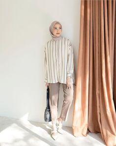 Street Hijab Fashion, Abaya Fashion, Muslim Fashion, Fashion Outfits, Casual Hijab Outfit, Ootd Hijab, Hijab Chic, Ootd Poses, Hijab Trends