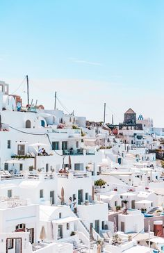 A comprehensive Santorini Greece guide, telling you what to do and what to skip in one of the most beautiful Greek island. greece travel guide | where to go in greece | vacation in Greece | places to visit in greece | what to do in greece | what to do in santorini | things to do in santorini | greece santorini | santorini greece travel | santorini beaches | greece santorini things to do | santorini honeymoon #santorini #greece #travel Mykonos, Santorini Greece, Santorini Beaches, Santorini Honeymoon, Greece Destinations, Honeymoon Destinations, Honeymoon Hotels, Places To Travel, Places To Visit