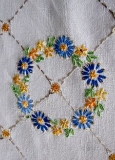 vintage hand embroidery   VINTAGE TABLECLOTH - HAND EMBROIDERED-LINEN - PRETTY FLOWERS 5