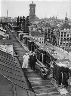 Laube auf dem Dach des Berliner Stadtschlosses,bewohnt vom Ehepaar Schoenfelder.Otto Schoenfelder ist der ehemalige Hofschlosspolierer. Die Schoenfelder spazieren auf dem Dach 1932