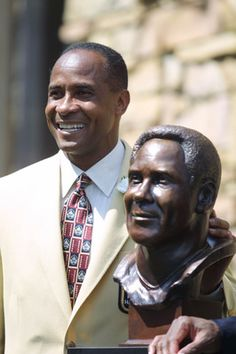 lynn swann | 04 Aug 2001 : Lynn Swann poses next to his bust during the 2001 Pro ...