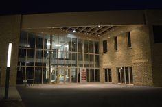 Nocny widok głównego wejścia do nowej siedziby Urzędu Gminy Wielka Wieś