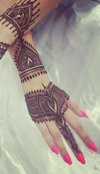 I like this ❤️ I would make adjustments because this is for a lanky or skinny tapered hand I have wide hands and sausage fingers, I would need to add length not width to make these lines work :) - SA Mehandi Henna, Mehndi Tattoo, Mehndi Art, Mehendi, Pretty Henna Designs, Beautiful Mehndi Design, Back Henna, Mehendhi Designs, Henna Body Art
