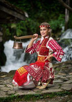 Bulgaria Gypsy Costume, Folk Costume, Folk Fashion, Womens Fashion, Costume Ethnique, Ukraine, Native Wears, Ethno Style, Beautiful Costumes