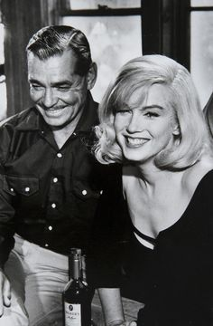 Marilyn Monroe and Clark Gable on the set of The Misfits, Photo by Inge Morath. Marylin Monroe, Marilyn Monroe Fotos, Old Hollywood Glamour, Hollywood Stars, Classic Hollywood, Robert Mapplethorpe, Stars D'hollywood, Viejo Hollywood, First Ladies