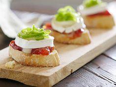 Tosta brie y tomate Tostadas, Appetizer Recipes, Appetizers, Tomato Jam, Spanish Tapas, Tapas Bar, Snacks Für Party, Desert Recipes, Creative Food