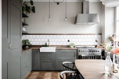 I'm so in love with this beautiful darker colored kitchen. The olive green cabinets combine… Dark Wood Kitchens, Modern Kitchen Cabinets, Kitchen Shelves, Kitchen Furniture, Cool Kitchens, Modern Kitchens, Black Kitchens, Furniture Stores, Kitchen Backsplash