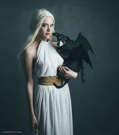 Last-Minute Halloween Costume Ideas: Daenerys and Her Dragon, Game of Thrones Game Costumes, Family Halloween Costumes, Cool Costumes, Cosplay Costumes, Costume Ideas, Halloween Puppy, Game Of Thrones Halloween, Blonde Halloween Costumes, Last Minute Halloween Costumes