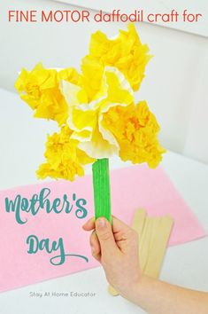 This daffodil spring craft for preschoolers works on developing fine motor skills - easy preschool art for mother's day - fine motor spring activity for preschoolers - flower craft for kids - mothers's day crafts kids can make Mothers Day Crafts For Kids, Spring Crafts For Kids, Summer Crafts, Art For Kids, Kids Crafts, Kid Art, Daffodil Craft, Daffodil Day, Flower Crafts