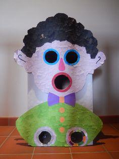 Vuilbak gemaakt om papieren te leren sorteren (Holle bolle Gijs), mannetje van papier
