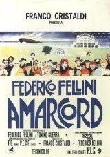 """CINE(EDU)-682. Amarcord. Dir. Federico Fellini. Italia, 1973. Comedia. Amacord, que significa """"Eu recordo"""", é unha extraordinaria e divertida mirada ao que poderían ser os propios recordos do director, a través de sensacións e evocacións que describen a vida cotiá da xente dun pobo no norte de Italia en 1930. O auxe do fascismo está á volta da esquina e o erotismo en cada canto.  http://kmelot.biblioteca.udc.es/record=b1510284~S1*gag"""