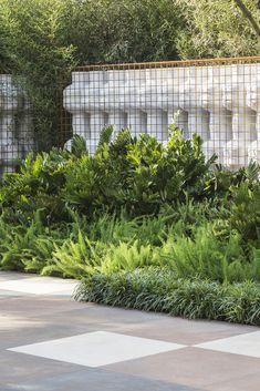 Image 23 of 36 from gallery of DECA Urban Garden in Sao Paulo / Hanazaki Paisagismo. Photograph by Yuri Seródio Urban Garden Design, Tropical Garden Design, Terrace Garden Design, Vegetable Garden Design, Rooftop Garden, Tropical Landscaping, Landscaping Plants, Back Gardens, Outdoor Gardens