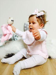 Nasza wspaniała modelka w motylkowej opasce i uroczym dwustronnym śliniaczku podczas bajecznej zabawy z sówką przytulanką:)