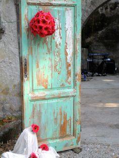 puerta vintage en verde Menta y flores color coral tendencias en casamientos 2013