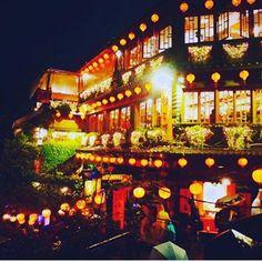 Instagram【miho.chokki】さんの写真をピンしています。 《. . . 台湾旅行*⋆✈︎!! 千と千尋の大ファンな私は 真っ先に九份に行ってまいりました😊 あいにくの雨だったけど夜は提灯の 光が綺麗でした😍 湯婆婆の屋敷の舞台になったお茶屋さん。 ここで休憩しました! 台湾式のお茶で少し戸惑ったけど美味しく頂きました😂 . .. #台湾 #台湾旅行 #九份 #湯婆婆#千と千尋の神隠し #提灯#ライトアップ #夜景#また行きたい#海外旅行 #アジア #自由#自分磨き#自己投資 #空港警備#社畜#大阪#関空》