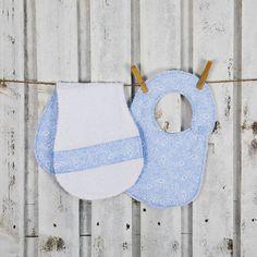 Set azzurro per neonati con bavaglino e salvietta di cucicreando