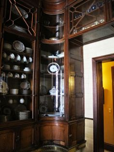 Gorgeous cupboards, note the brass base. Victorian Interiors, Victorian Decor, Victorian Homes, Kitchen Butlers Pantry, Butler Pantry, Victorian Kitchen, Vintage Kitchen, Pantry Design, Kitchen Design