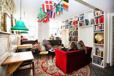 """世界有数のコーヒー消費国として有名なデンマーク。冬が長い北欧では、いかに家で快適に時間を過ごせるかという概念のもと、インテリアにこだわりを持ち、コーヒーやケーキなどで自宅を訪れた人をもてなすという習慣が昔からあると言われています。そんなデンマークの首都""""コペンハーゲン""""の街には、憩いのひとときにコーヒーが欠かせないほど、コーヒーが大好きな人々が多くいます。朝目覚めてからの1杯から、夕食後の1杯まで、1日合計6杯以上も飲む人が多くいる、そんなコーヒー大好きな街で地元の人も通うほど人気がある素敵なカフェをご紹介します。"""