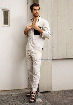 Daniel liebt luftige Klamotten im Sommer und setzt auf helle Töne. Er trägt eine weiße Cargohose und kombiniert sie mit einem hellen Hemd und schwarzen Pantoletten. Ein toller Look für den Sommer. Men Fashion Show, Fashion 2020, Mens Fashion, Fashion Tips, Normcore, Fashion Stylist, Fashion Accessories, Outfits, Blog