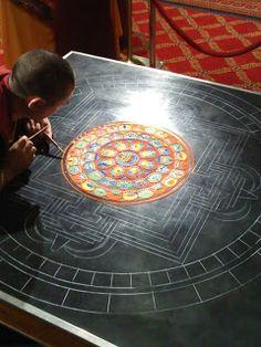 Monges tibetanos Criar uma mandala de areia