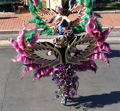 Color y diversión acompañando la carroza de La Princesa y el Sapo #disneyland #disneyparks #ladodisney #disneyside #disneyfashion Disneyland, Wreaths, Halloween, Decor, Fashion, Toad, Princesses, Colors, Decoration