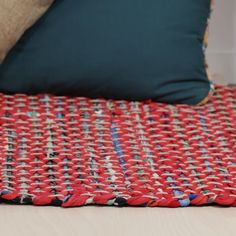 Upcycled t-shirt woven rug rag rug ткацкие проекты Rug Loom, Loom Weaving, Weaving Projects, Craft Projects, T Shirt Weaving, Fabric Crafts, Sewing Crafts, Fun Crafts, Diy And Crafts