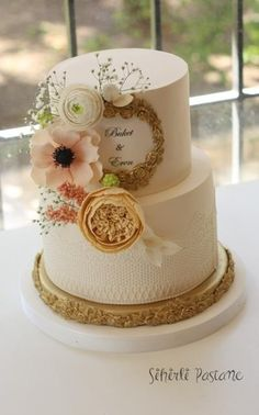 Floral Cake with Gold by Sihirli Pastane - http://cakesdecor.com/cakes/275614-floral-cake-with-gold
