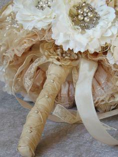 Ramo de novia vintage  echo a mano, materiales encaje, satén y diversos tipos de tejidos en color blanco, marfil, blanco roto, crudo, adornos con p...