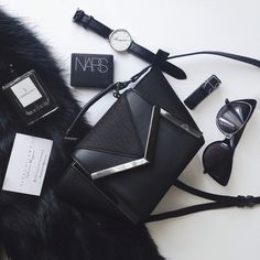 ✖️blvck✖️ In my purse today Purse | @primark Sunglasses | @asos  Watch | @danielwellingtonwatches Fur coat (faux) | @designerduchess  #flatlay #inmypurse #primark #asos  #designerduchess