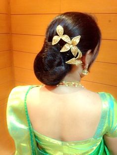 South Indian Bridal Bun Hairstyles Perfect For Your Wedding - Kurti Blouse Indian Bun Hairstyles, My Hairstyle, Bride Hairstyles, Saree Hairstyles, Hairdos, Hairstyle Ideas, Bridal Hair Buns, Bridal Updo, Indian Bridal Makeup