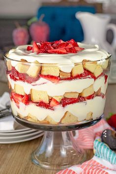 The sweet strawberries, creamy pudding and pound cake come together quickly and scream deliciousness in this super easy strawberry trifle recipe. Oreo Brownie Trifle, Snickers Dessert, Pound Cake Trifle, Angel Food Cake Trifle, Trifle Desserts, Fruit Trifle, Trifle Dish, Cookie Desserts, Sweet Desserts