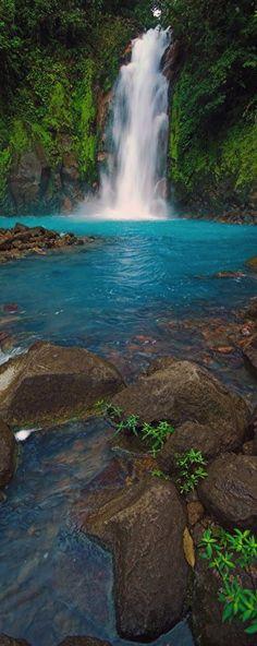 Es Río Celeste. Está en el Tenorio Volcán Parque Nacional de Costa Rica. Se puede nadar en el agua o entrar en las aguas termales.