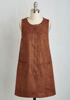 Retro On Set Dress. As you oversee your film project in this chestnut brown shift dress, you make decisions with cool and confident calculation. Retro Vintage Dresses, Retro Dress, Vintage Outfits, Winter Travel Outfit, Winter Outfits, Boho Fashion, Vintage Fashion, Fashion Ideas, Fall Fashion 2016